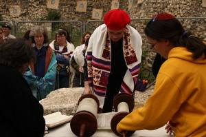 women-wailing-wall-prayer